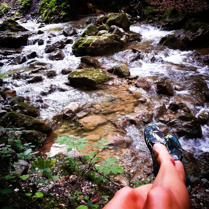 Beine am Wasser